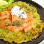 rostì di patate all'aneto con salmone e panna acida