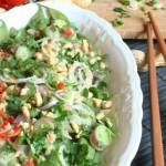 insalata di mangiatutto o fagioli piatti in stile thai