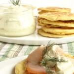 bliny con crema d'avocado e pesce spada affumicato (Russia)