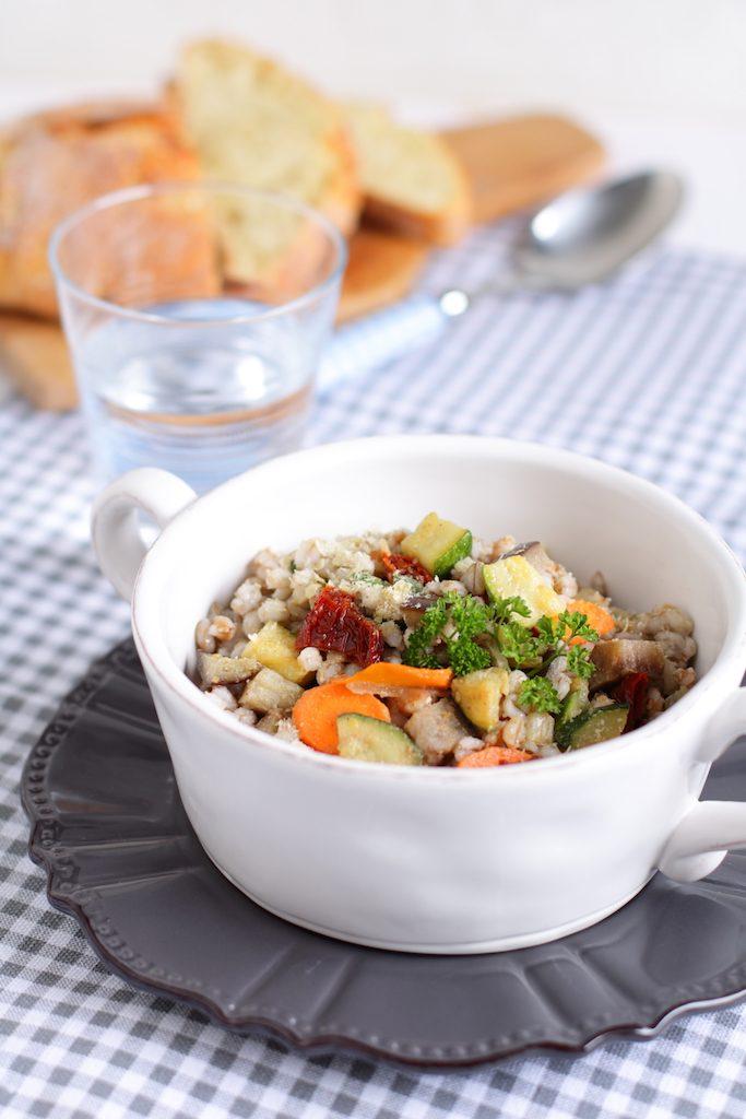 farro e orzo in insalata alle verdure