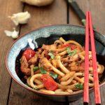 Noodles con pollo pomodorini e basilico