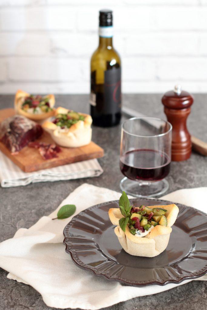 Cestini di pane ripieni di formaggio e verdurine