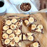 Torta bassa con crema di tahina al cioccolato e banana