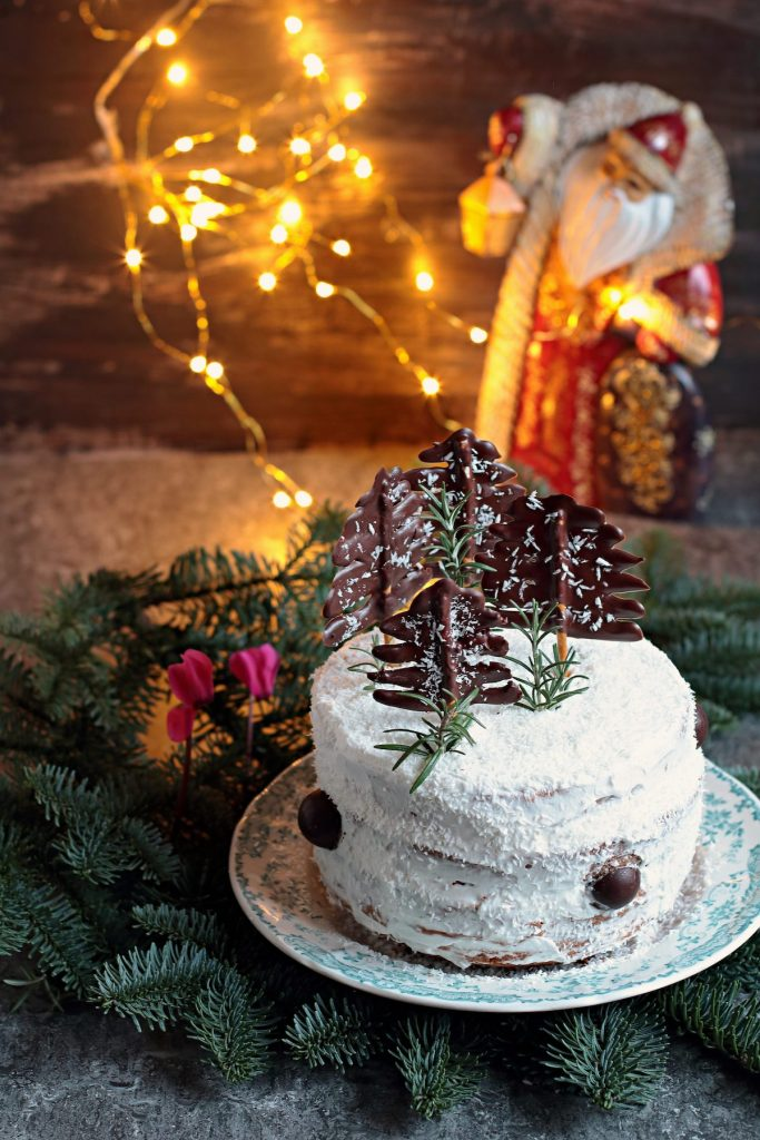 Chiffon cake al cacao decorata